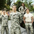 """Enlisted"": Späte Deutschlandpremiere der Militärcomedy – Geoff Stults, Chris Lowell und Parker Young als ""Brothers in Arms"" – Bild: Patrick Ecclesine/FOX"