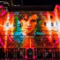 """Australier feiern """"Doctor Who""""-Jubiläum mit 3D-Projektion – Kinovorführungen und Gedenkmünzen zum 50. Geburtstag – © Vivid Sidney"""