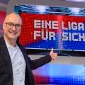 """TV-Kritik: """"Eine Liga für sich – Buschis Sechserkette"""" – von Glenn Riedmeier – © Sky Deutschland/Willi Weber"""