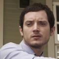 """Elijah Wood kommt zu BBC Americas """"Dirk Gently"""" – Neuadaption der Detektivgeschichte von Douglas Adams – © FX Networks"""