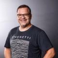 """""""Einfach super!"""": Elton entert mit neuer Kinder-Quizshow die ZDF-Primetime – Neues Format läuft zuvor auch im KiKA – © ZDF/Willi Weber"""