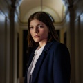 """""""The Rook"""": Mystery-Thriller mit Suchtpotenzial – Review – Überzeugende Emma Greenwell zieht Zuschauer in ihren Bann – © Starz"""