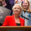 "Trailer zu BBC One-Serie ""Years And Years"" von Russell T. Davies – Dystopisches Familiendrama mit Emma Thompson – Bild: BBC One"
