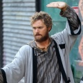 "Finn Jones (""Iron Fist"") wird Serienkiller-Sohn – ""Scandal""-Darstellerin Bellamy Young als Mutter des ""Prodigal Son"" – © Netflix"