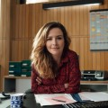 """""""Frau Jordan stellt gleich"""": Starttermin für zweite Staffel steht fest – Comedyserie mit Katrin Bauerfeind geht bei Joyn Plus+ weiter – © Joyn/Julian Essink"""