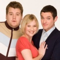 """James Corden bringt """"Gavin & Stacey"""" an Weihnachten zurück – BBC spendiert der Sitcom nach zehn Jahren eine neue Spezialfolge – © BBC"""
