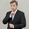 """""""Geheimniskrämer"""": Martin Klempnow (""""Der Dennis"""") mit neuer Show im WDR – Welcher Promi verbirgt welches Geheimnis? – © WDR/Klaus Görgen"""