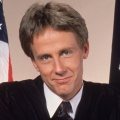 """Schauspieler Harry Anderson (""""Harrys wundersames Strafgericht"""") mit 65 verstorben – Zauberkünstler wurde zum beliebten Sitcom-Star – © NBC"""