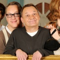 """BBC startet neue Sitcom """"House Of Fools"""" Anfang 2014 – Vic Reeves und Bob Mortimer probieren britische Männerwirtschaft – © BBC"""