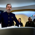 """""""Avenue 5"""": Hugh Laurie geht bei Sky im Juni auf Weltraumfahrt – Neue Satire von Armando Iannucci – © Home Box Office, Inc. All rights reserved."""