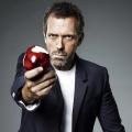 """Hugh Laurie neben George Clooney in """"Catch-22"""" – Ehemaliger """"Chance""""-Darsteller bleibt Streaming-Dienst Hulu treu – © Universal Television"""
