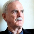 """Edith"": BBC entwickelt Sitcom mit John Cleese – Monty Python-Legende mit festem Part in neuer Comedy – © YouTube/Screenshot"