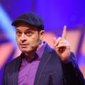 """""""Geht's noch?!"""": Kaya Yanars Wochenrückblick startet Ende April – Neue RTL-Comedyshow für den Freitagabend – © RTL/Stefan Gregrowius"""