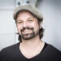 """Sat.1 schickt """"Kleine Fans & Große Stars"""" in Serie – Henning Wehland erfüllt wieder Kinderwünsche – Bild: Sat.1"""