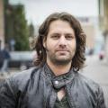 """Ein neuer Grieche in der """"Lindenstraße"""" – Adam Bousdoukos bringt düsteres Geheimnis mit – Bild: obs/Geißendörfer Film- und Fernsehproduktion KG/WDR/Steven Mahner"""