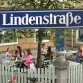"""""""Lindenstraße""""/""""In aller Freundschaft""""-Crossover: Termin für Gegenbesuch steht fest – Sarah Marquardt trifft auf Dr. Dressler – Bild: WDR/MDR"""