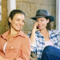 """ServusTV wiederholt """"McLeods Töchter"""" – Zwei junge Frauen und unzählige Rindviecher – Bild: Nine Network"""