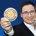 """Matthias Opdenhövel moderiert WDR-Sommerquiz – In """"Alles auf einen Deckel"""" duellieren sich NRW-Vereine – © WDR/Herby Sachs"""