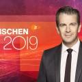 """Die Jahresrückblick-Vorschau: Wann Lanz, Jauch und Co. auf 2019 zurückblicken – Auch """"heute-show"""" und Dieter Nuhr ziehen Bilanz – Bild: ZDF/Juliane Werner/Logo: Alpenblick"""