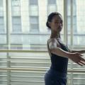 """""""Dein letztes Solo"""": Im Netflix-Ballettkrimi sind die Dialoge noch flacher als die Bäuche der Stars – Review – Mäßig mitreißender Mystery-Mumpitz sorgt nur in Tanzszenen für echten Glanz – © Netflix"""