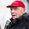 Niki Lauda im Alter von 70 Jahren verstorben – Freunde und Wegbegleiter trauern um den Formel-1-Weltmeister – Bild: MacKrys (https://commons.wikimedia.org/wiki/File:ÖAMTC_Welt_des_Motorsports_2016–4.jpg), Cropped, https://creativecommons.org/licenses/by-sa/4.0/legalcode