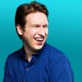 """HBO bestellt Comedyserie """"Crashing"""" mit Pete Holmes – Comedian muss bei seinen Kollegen auf der Couch übernachten – © TBS"""