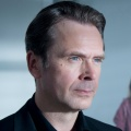 """Professor T"" stößt zu den ZDF-Freitagskrimis – Matthias Matschke ermittelt ab Mai zur Primetime – Bild: ZDF/Martin Rottenkolber"