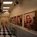 """So sieht die """"Promi Big Brother""""-Kulisse aus – 2020 wohnt man luxuriös im Schloss oder im rustikalen Märchenwald – © Sat.1/Willi Weber"""