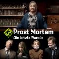 """""""Prost Mortem"""": Skurrile Mördersuche in gediegener Kneipenatmosphäre – Review – Doris Kunstmann überzeugt in Comedy-Miniserie von 13th Street und Puls 4 – Bild: 13th Street/Felix Vratny"""