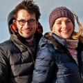 """""""Reiff für die Insel"""": Drehstart zu neuer Folge der ARD-Komödienreihe – Tanja Wedhorn und Oliver Mommsen auf Schatzsuche – © ARD Degeto/Gordon Mühle"""