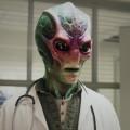 """""""Resident Alien"""": SYFY veröffentlicht erste sieben Minuten der Pilotfolge – Ausblick auf die neue Dramedy mit Alan Tudyk (""""Firefly"""") – © Syfy"""