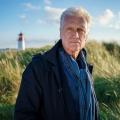 """Nord Nord Mord"": Robert Atzorn verlässt ZDF-Krimiserie – Peter Heinrich Brix wird sein Nachfolger – © ZDF/Simon Vogler"