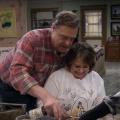 """""""Roseanne"""": Vorspann zur Fortsetzung veröffentlicht – Familie Conner wiedervereint am Esszimmertisch – Bild: YouTube-Screenshot"""