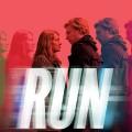 """""""Run"""": HBOs Roadmovie-Comedy aus der Schmiede von Phoebe Waller-Bridge fehlt der Biss – Review – Merritt Wever und Domhnall Gleeson als Ex-Paar ohne die nötige Chemie – Bild: HBO"""