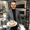 """""""Unter uns"""" muss sich von Cronis Karakassidis verabschieden – Bäcker Niko verlässt die Schillerstraße – Bild: TVNOW / Daniela Klier"""