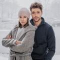 """""""Schlafschafe"""": Daniel Donskoy (""""Sankt Maik"""") und Lisa Bitter (""""Tatort"""") in neuer Serie über Querdenker – Neues ZDFneo-Drama befasst sich mit Verschwörungstheorien – Bild: ZDF/Raymond Roemke"""