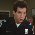 """""""The Mysteries of Laura"""": Steve Guttenberg wird Hilfs-Polizist – """"Police Academy""""-Star mit Gastrolle – © Warner Bros."""