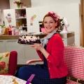 """""""Sweet & Easy – Enie backt"""": Neue Staffel der Backshow demnächst auf sixx – Neue Sommer-Rezepte mit Enie van de Meiklokjes – © sixx/Claudius Pflug"""