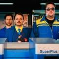 """""""Tanken – mehr als Super"""": ZDFneo-Sitcom ist mehr als super-schlecht – Review – Import-Format fehlt es an jeglicher Originalität – © ZDFneo"""