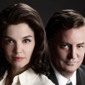 """The Kennedys: After Camelot"": Free-TV-Premiere bei One – Fortsetzungs-Miniserie mit Katie Holmes und Matthew Perry – © Reelz"