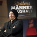 """Torsten Sträter schließt seinen """"Männerhaushalt"""" – Letzte Folge der WDR-Comedyshow im April – © WDR/Melanie Grande"""