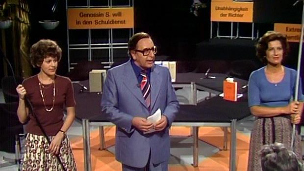 Moderator Gerd Jauch (m.) befragt das Publikum mit Hilfe seiner charmanten Assistentinnen Alice (l.) und Marie-Luise (r.).