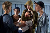 Auf dem Weg zu Sofias Schule überfallen Kevin (Fredrik Silbersky, 2.v.l.) und seine Freunde den Hubot Anita (Lisette Pagler) und versuchen, sie zu vergewaltigen. – Bild: ARTE France / © Johan Paulin