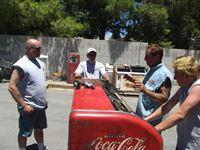 Ursprünglich war das gute Stück mal eine Coca-Cola-Kühlbox. Doch Rick Dale (2.v.r.) reicht es diesmal nicht, das Relikt aus den 50er Jahren einfach nur zu restaurieren. Er will es zusätzlich zu einem Grill für Hot-Dogs ausbauen und anschließend für viel Geld verkaufen. – © 2010 A+E Networks