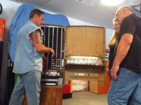 Ein uralter Tresor soll restauriert werden. Doch um überhaupt damit anzufangen, muss Rick Dale (l.) ihn erst einmal öffnen. Eine echte Herausforderung. Kaum einfacher ist die Aufgabe, einen 60 Jahre alten Automaten für Süßigkeiten wieder in Gang zu bekommen. – © 2010 A+E Networks