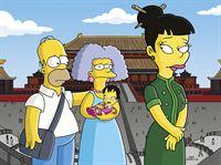 """""""Die Simpsons"""", """"Der lächelnde Buddha."""" Selma kommt in die Wechseljahre, ehe sie sich ihren Wunsch nach einem eigenen Kind erfüllen konnte. Ihr bleibt nur noch die Möglichkeit einer Adoption. Da dies in China recht einfach vonstatten gehen soll, reist Selma mit ihrem 'Ehemann' Homer ins Land des Lächelns, wo sie schon bald die kleine Ling in die Arme schließen kann. Als die Behörden den Betrug entdecken, wird ihr das Mädchen wieder weggenommen. Selma sieht nur einen Ausweg: Sie will Ling entführen. – Bild: ORF eins"""