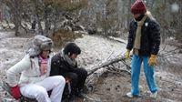Wer einmal in den einsamen Wäldern von Montana ausgesetzt wird, kommt Jodys (r.) Meinung nach schnell zur Vernunft. Ob es bei Anna (M.) und Pisei (l.) auch klappt? – Bild: kabel eins