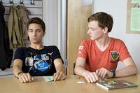 Tommy (li., Lucas Leppert) ist total enttäuscht, weil Tobias (re., Stefan Wiegand) seinen 16. Geburtstag plus Überraschungsfeier vergessen hat. – © MDR/Katharina Simmet