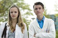 Constanze (Henrieke Fritz) und Hubertus (Hugo Giessler) kämpfen um das Amt des Schülersprechers. – © MDR/Katharina Simmet