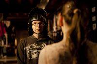 Adrian (Lukas Lange) wagt mit Miriam (Jelena Herrmann) die ersten Styling-Experimente. – © MDR/Katharina Simmet